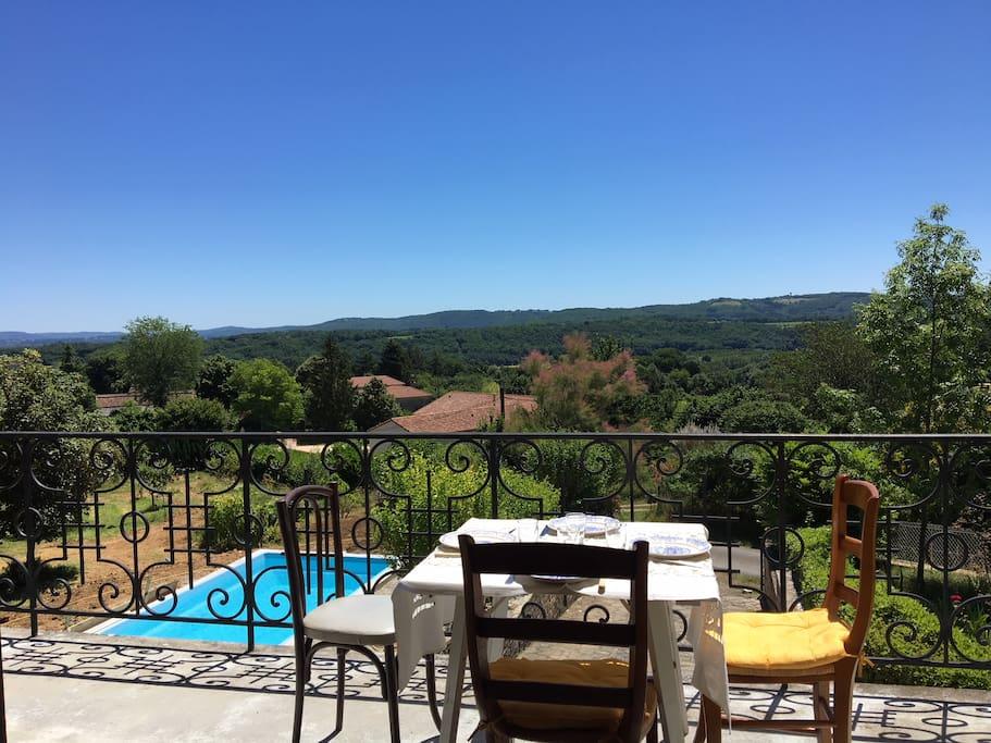 Vue panoramique sur la vallée du Lot depuis le balcon et le séjour. Vue sur la piscine pour mieux surveiller les  enfants.