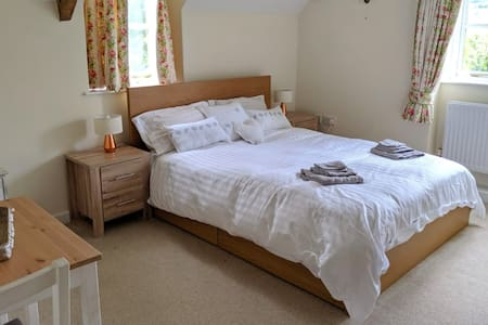 Private room in beautiful Cotswolds cottage