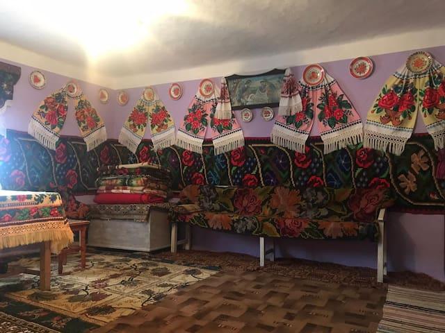 Casa la țară cu decorațiuni tradiționale
