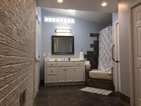 Renovated Private Jacuzzi Suite w/Laundry + Fridge