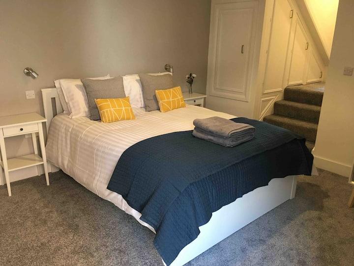 Newly refurbished apartment + parking & garden