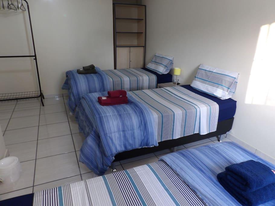 Camas de solteiro muito confortáveis com colchão de molas e jogo de cama de qualidade. Very comfortable single beds with spring mattress and quality bed linen.