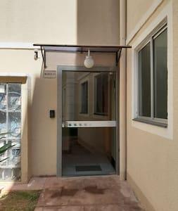 Apartamento centralizado com segurança e conforto.