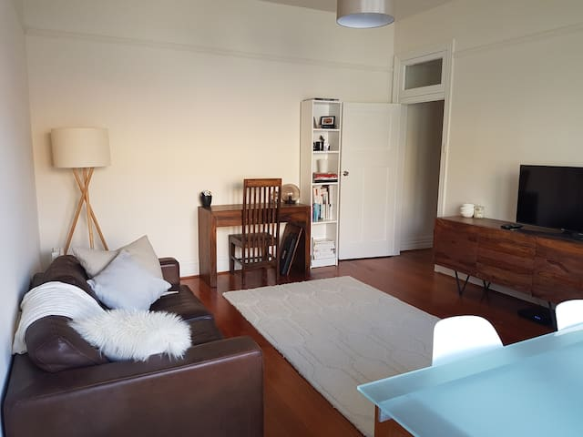 Private room in quiet, relaxed Bondi apartment