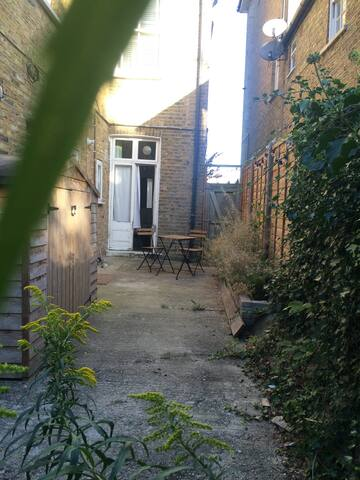 Very tasteful, relaxing garden flat