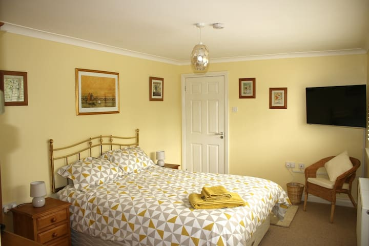 Large room with Ensuite and off road parking - Swindon - House