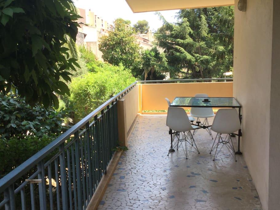 terrasse de 30m2 fraiche, calme et bien ventilée, vue jardin et aperçu mer