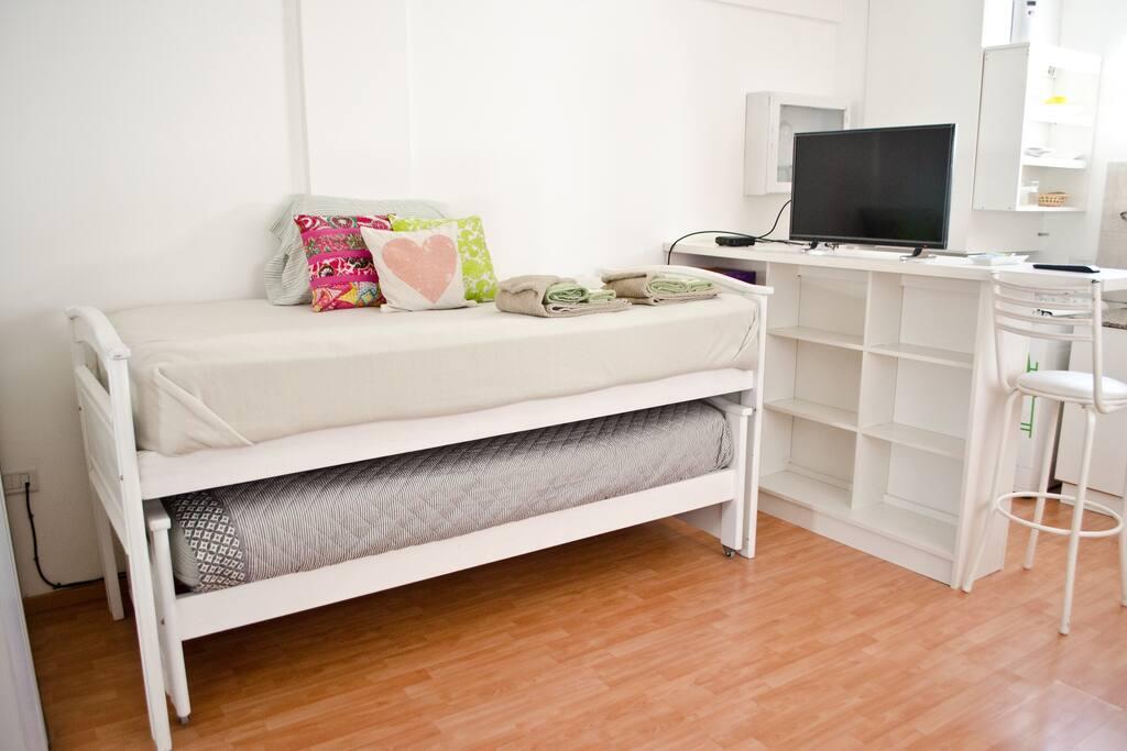"""Dos camas de una plaza y media, tipo """"nido"""". Colchones súper cómodos, de resortes."""