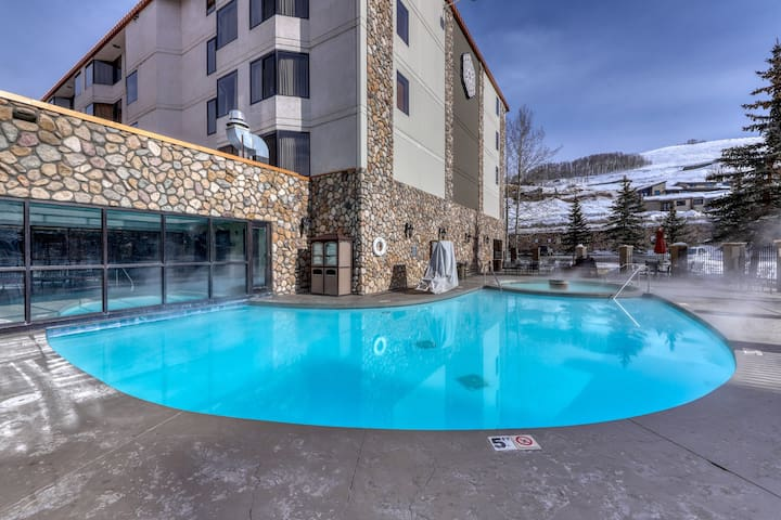 Slope-side condo w/shared pool, hot tub, fitness center, & grill - Dogs welcome!