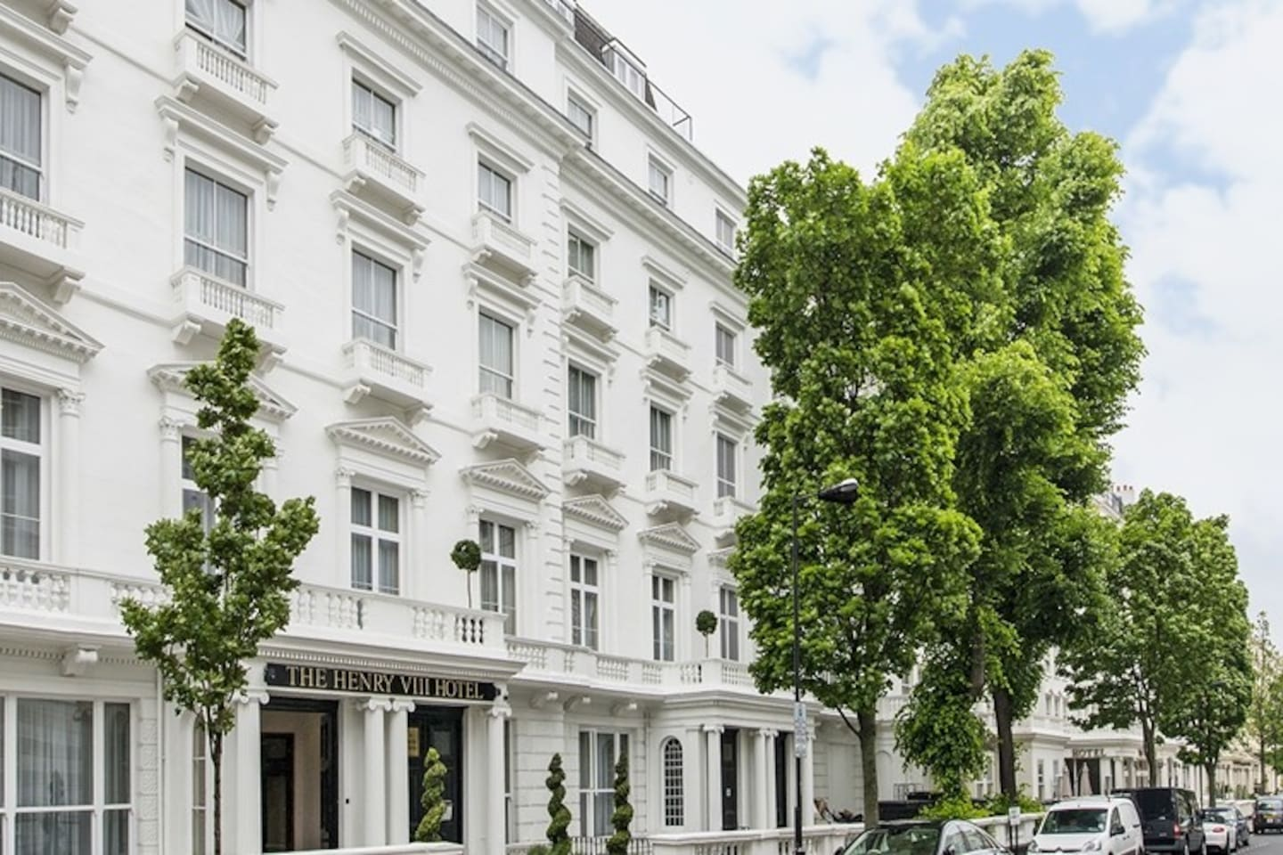 Bayswater is one of the most popular neighbourhoods, as it is a well-connected, residential & safe area. The white stucco buildings create a British classic feeling, whilst people from different nationalities give it a cosmopolitan atmosphere.