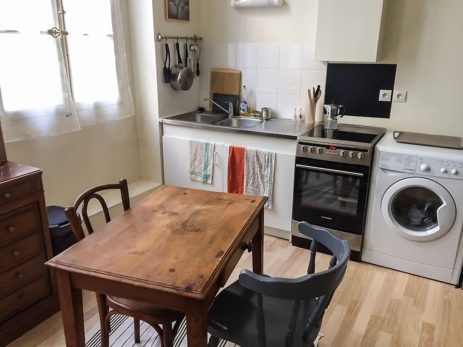 Dans la cuisine, avec la cuisinière et le four électriques, et la machine à laver séchante qui sont à votre disposition.