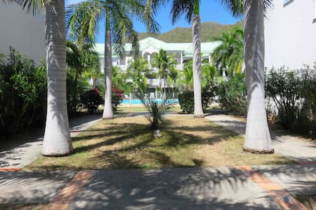 Newly renovated condo w/2 pools + 5' walk to beach