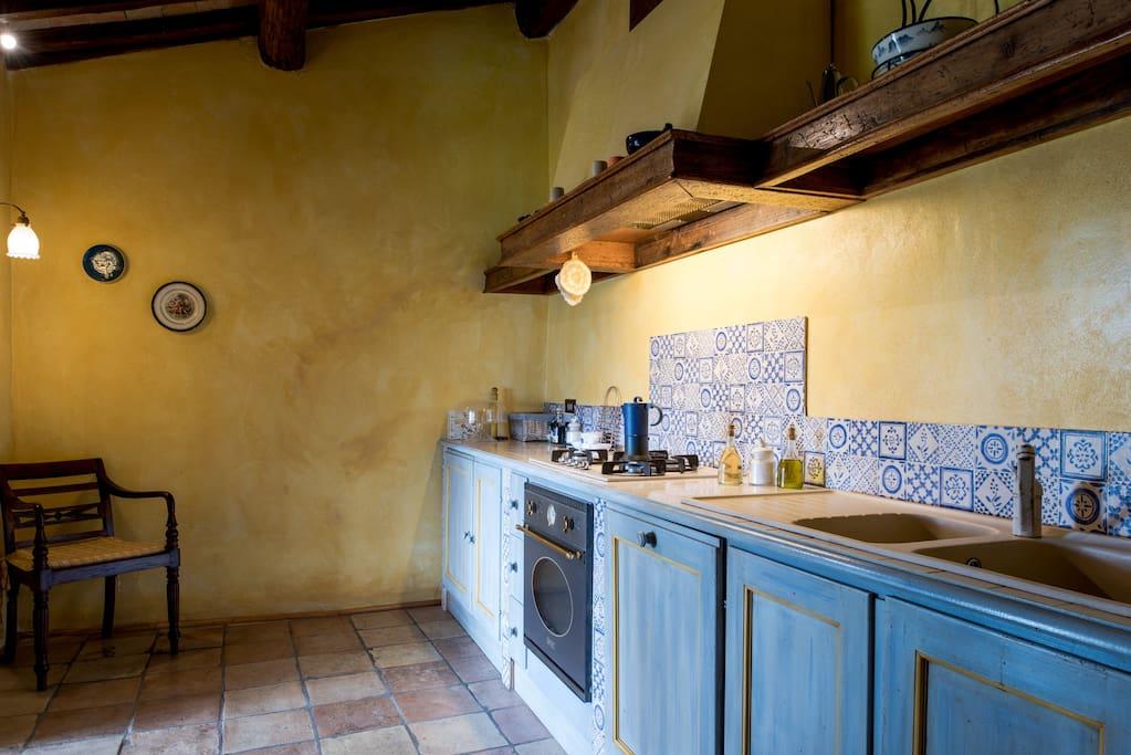 Cucina completa con porta sulla veranda