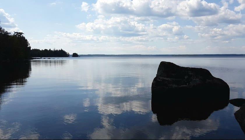Ligger cirka 500 m från sjön MIEN som är en av Sverigs djupaste och renaste sjöar. Finns fin badplats med kiosk cirka 1 kilometer från stugan. Två mil till havet och staden Karlshamn. Småländska glasbruket sex mil och Börjes Tingsryd inom tre mil där man kan dricka Sveriges billigaste kaffe 1,50kr.   Located about 500 m from Lake MIEN, which is one of Sweden's deepest and cleanest lakes. There is a nice swimming area with a kiosk about 1 kilometer from the cottage. Two miles to the sea and the city of Karlshamn. Småland glassworks six miles and Börjes Tingsryd within three miles where you can drink Sweden's cheapest coffee SEK 1.50.  Skicka feedback