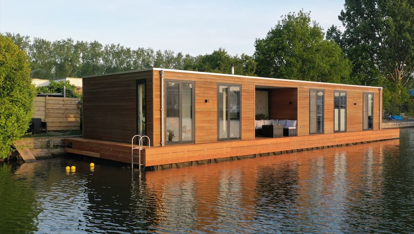 Modern houseboat with a view 15 min from Amsterdam