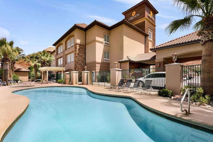 Great Family Unit, Pool, Parking and Breakfast