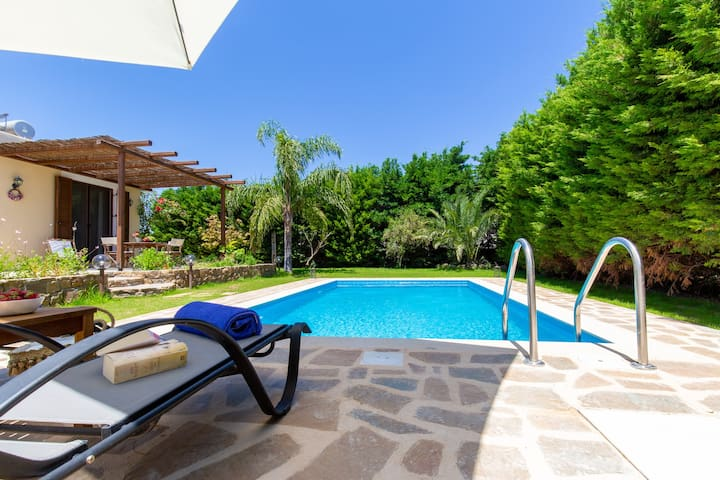 Rose garden house & pool
