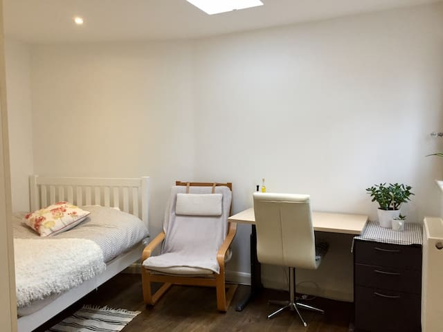 Bright Double room - 2 mins walk to Central Line - Lontoo - Talo
