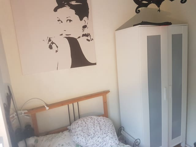 Room in a walking distance from Centraal