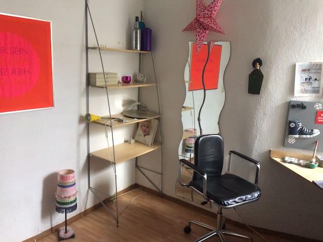 Gemütliches, kleines Altbauzimmer.