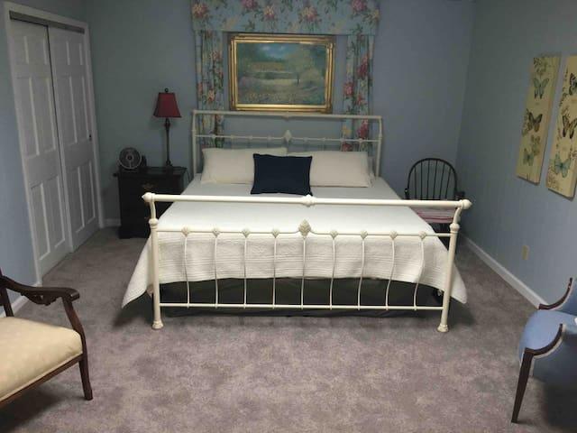 King bed with new tempurpedic mattress.
