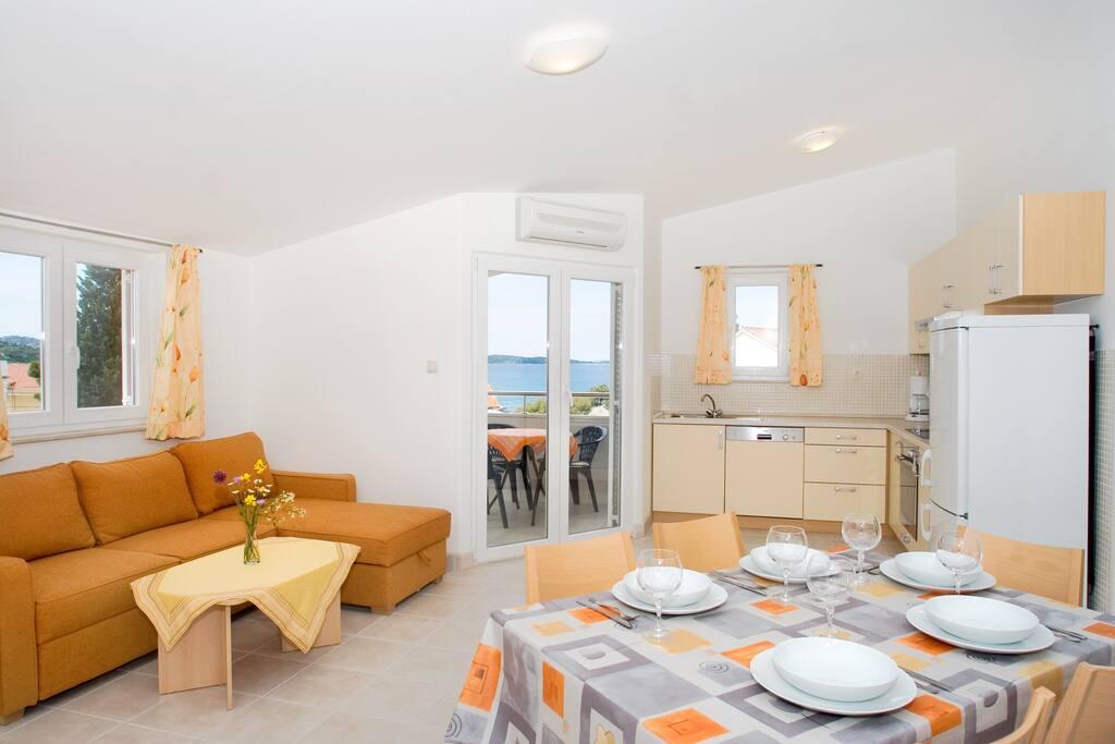 Grosszügiger Küche- Wohnbereich mit Sat-TV, Klimaanlage uvm