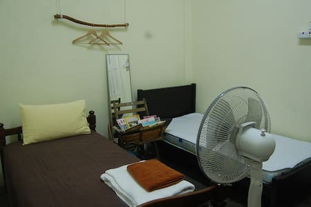 南洋风新村小房间~ 舒适两个单人床房(黄色房)