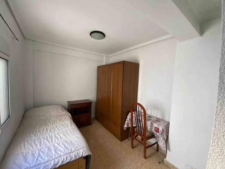 Habitación cómoda con lo necesario céntrico segura