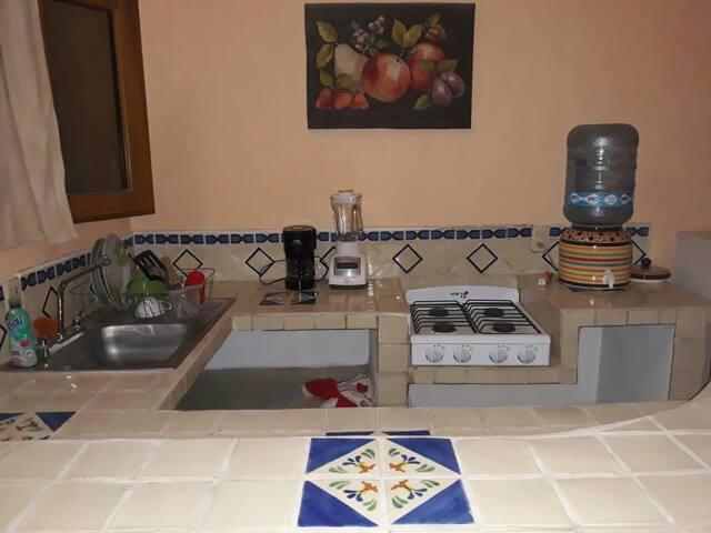 cocina equipada con utencilios para cocinar