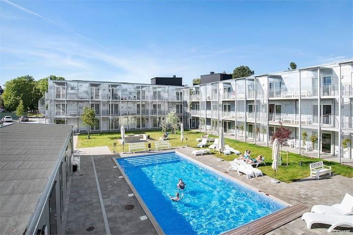 Central lägenhet i Visby med tillgång till pool