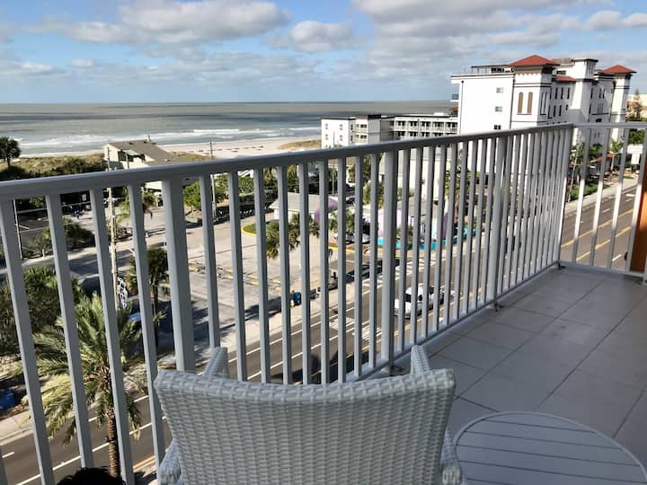 Beautiful NEW Madeira Beach Condo, Johns Pass