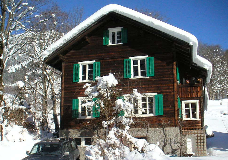 Das Haus hat seinen urtümlichen Glarner Charakter seit 1934 bewahrt - die notwendigen energietechnischen Sanierungen wurden unauffällig und mit Augenmass durchgeführt