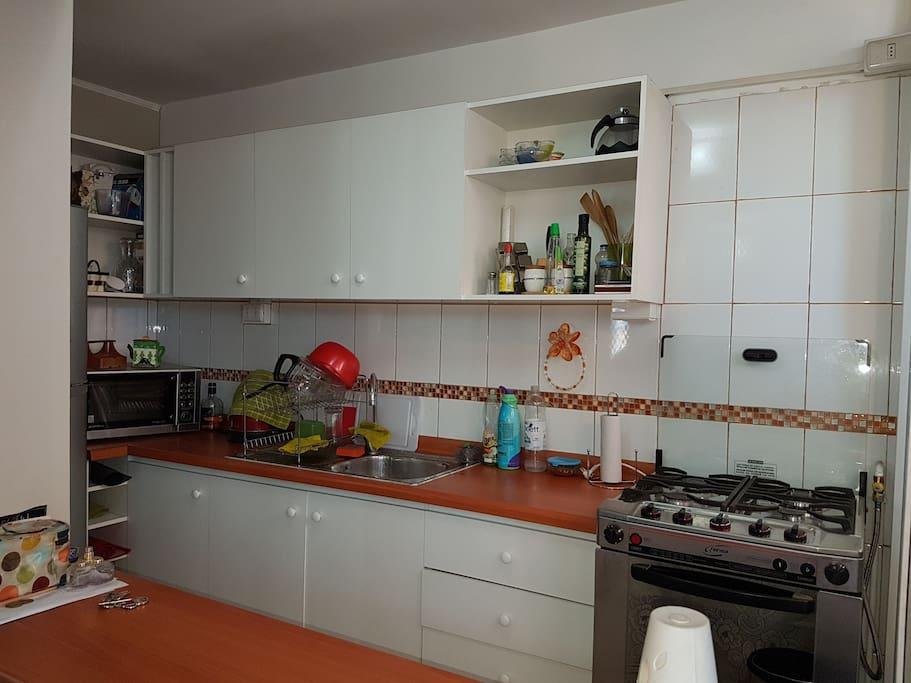 cocina y horno a gas, microondas, hervidor, regrigerador