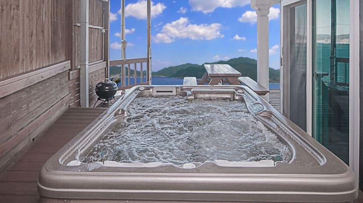 남해의 아름다운 전경이 보이는 깔끔한 화이트톤의 로맨틱한 원룸형 객실 110호