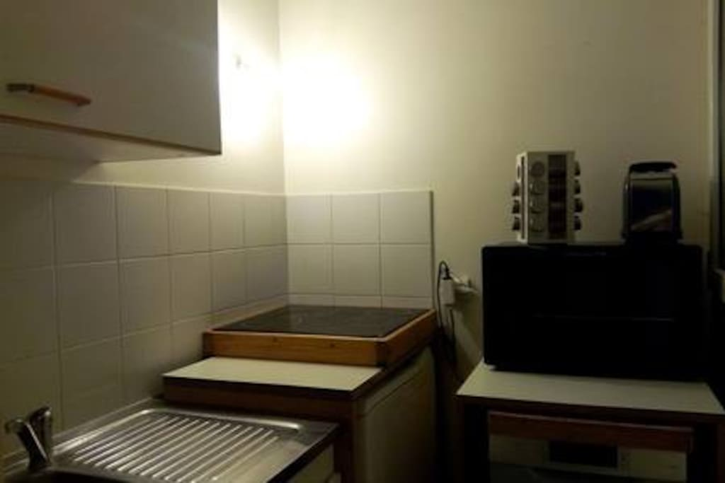 cuisine fonctionnelle (plaques céramiques, mini fou et lave vaisselle)