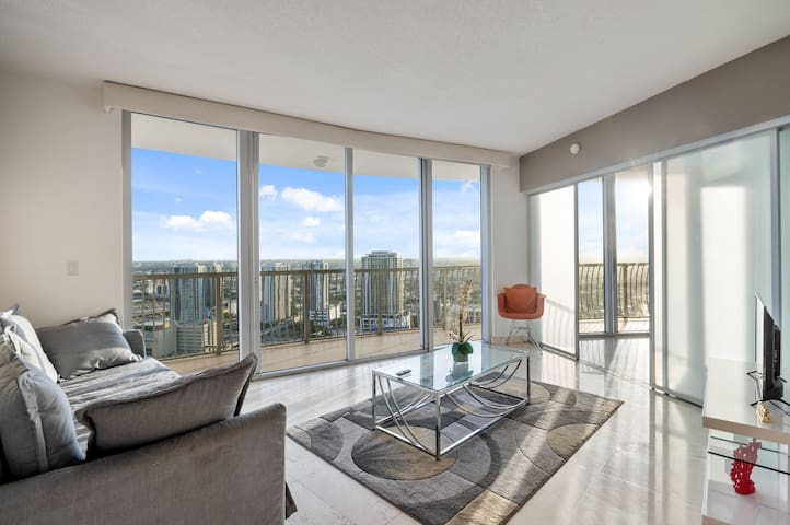 Incredible 2 Bedroom With City-Bay Views*FREEPKG*