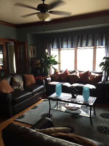 Your own room in a luxurious home - Milwaukee - House