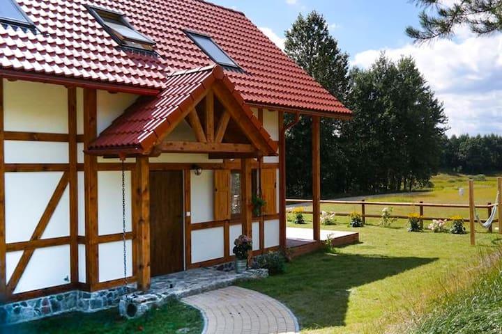 Casa adosada climático situada en el pueblo de Casubio.