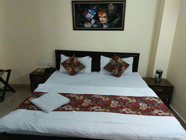 Affordable room near RK Ashram metro station