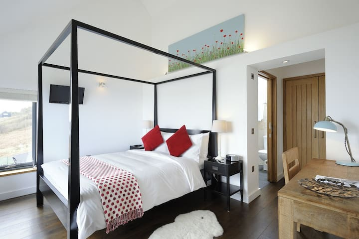 Hillstone 1 - Luxury King size room with en-suite