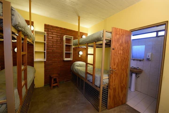 B Bed in shared bedroom - La Tosca Hostel