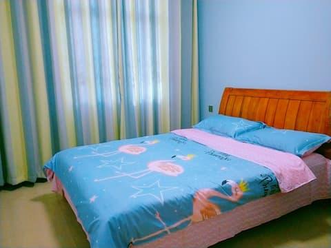 """""""我们家""""民宿位于文山市第一中学高中部附近双人床房,简洁温馨"""