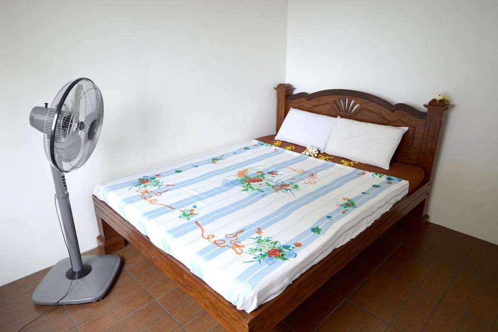 clean Bedroom with King Size bed 190x160cm