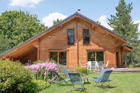 Maison en bois dans un écrin de verdure