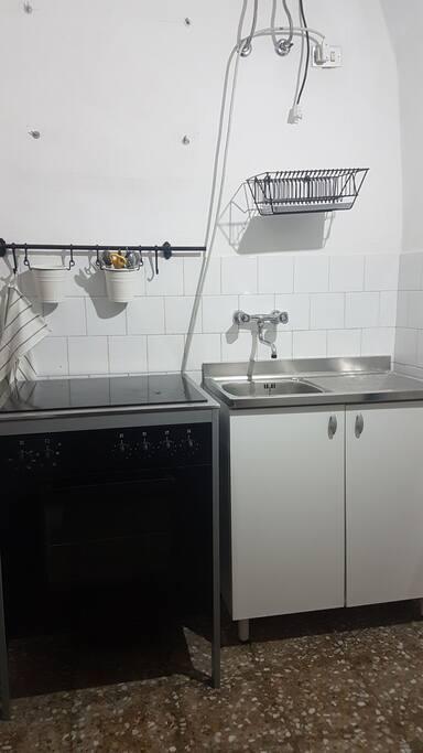 piano cottura e lavabo