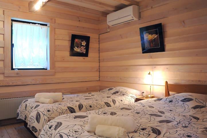 一階は天然の木の香りに囲まれた寝室