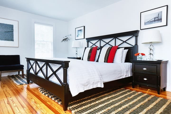 SEVEN on Shelter - Luxury King Guest Room