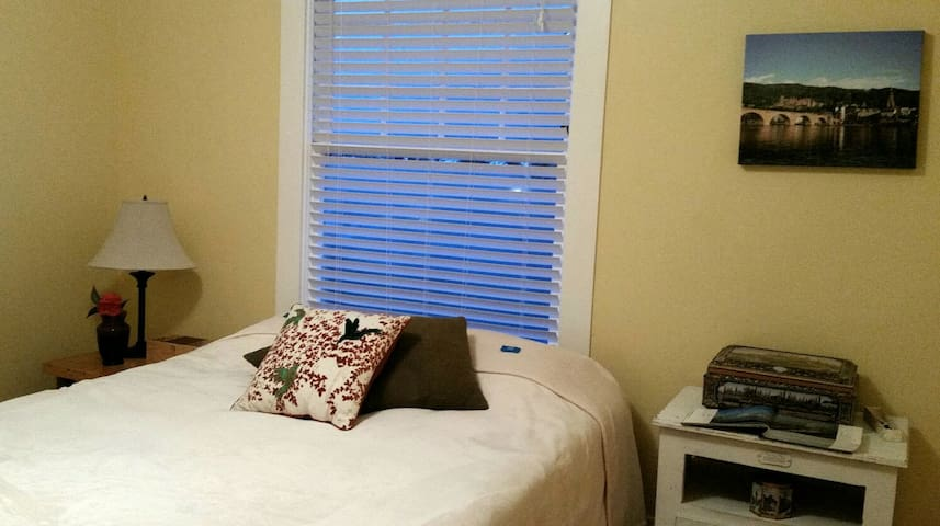 Mellow room in historic downtown - Astoria - Hus