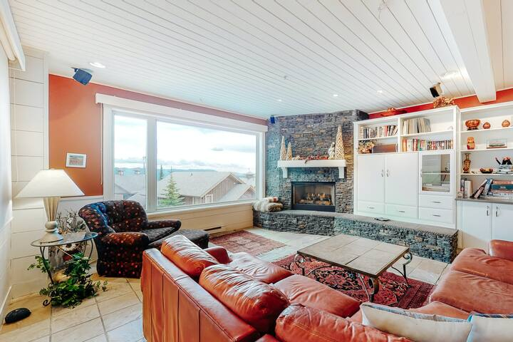 Dog friendly duplex w/ private hot tub, pool table & stunning view