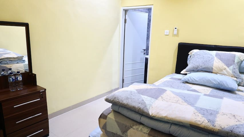 Comfortable room with Hi-speed Wifi, AC, Tv Cable